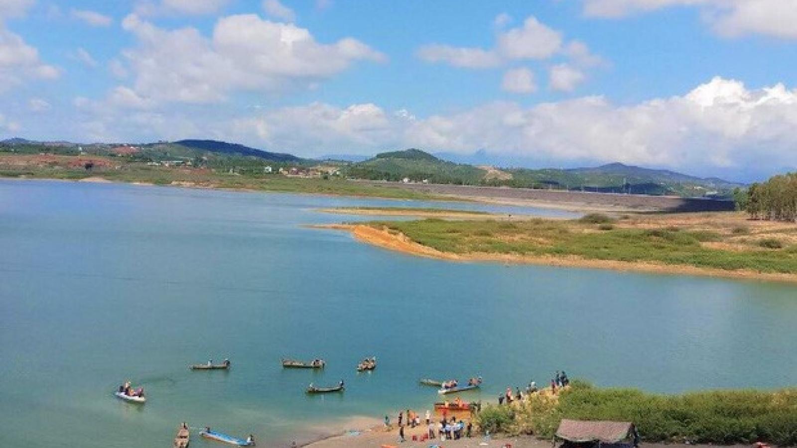 Chìm tàu khai thác cát khiến một người mất tích trên hồ thủy điện Đại Ninh