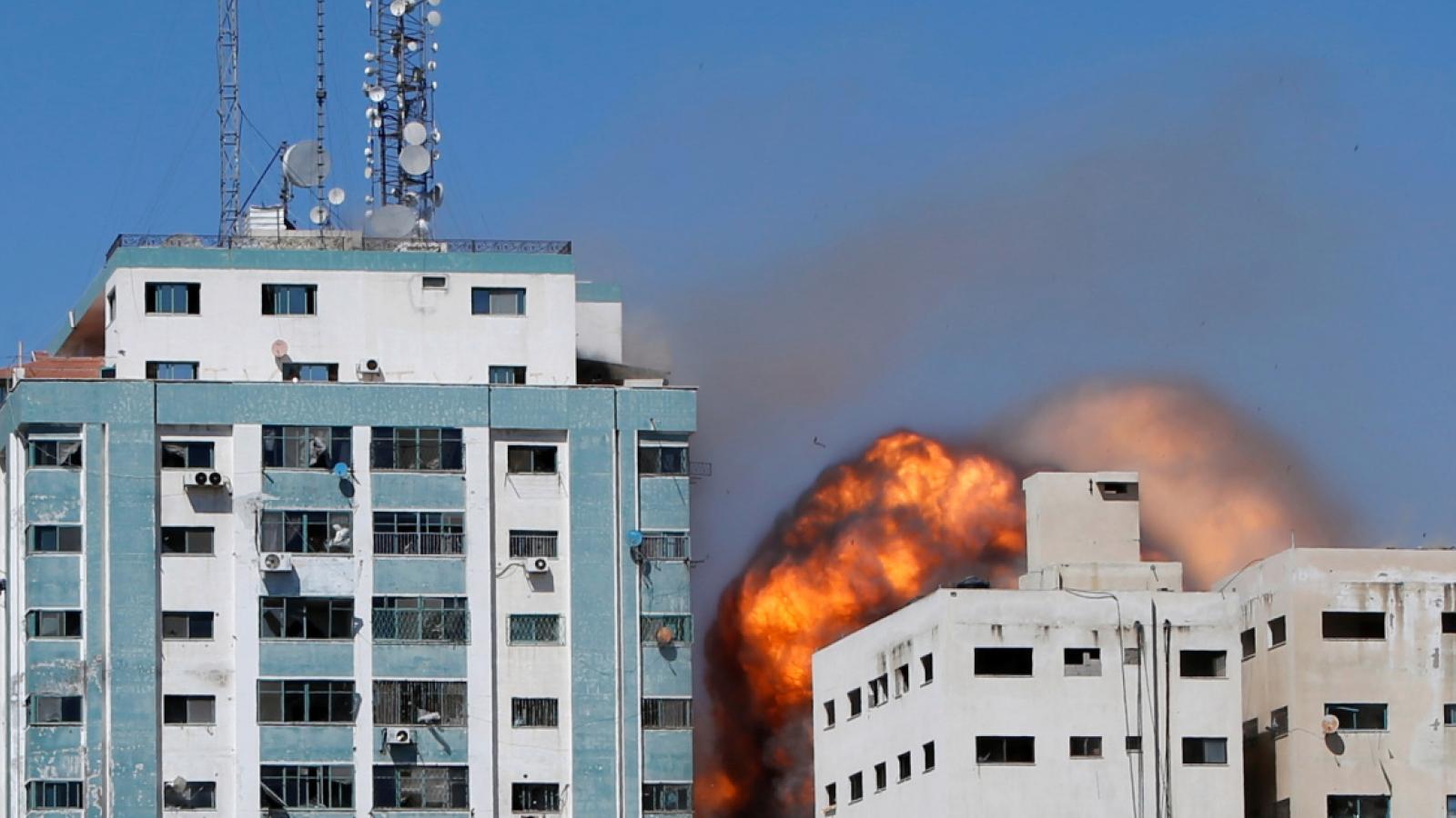 Tòa nhà văn phòng của các hãng truyền thông ở Dải Gaza trúng tên lửa của Israel