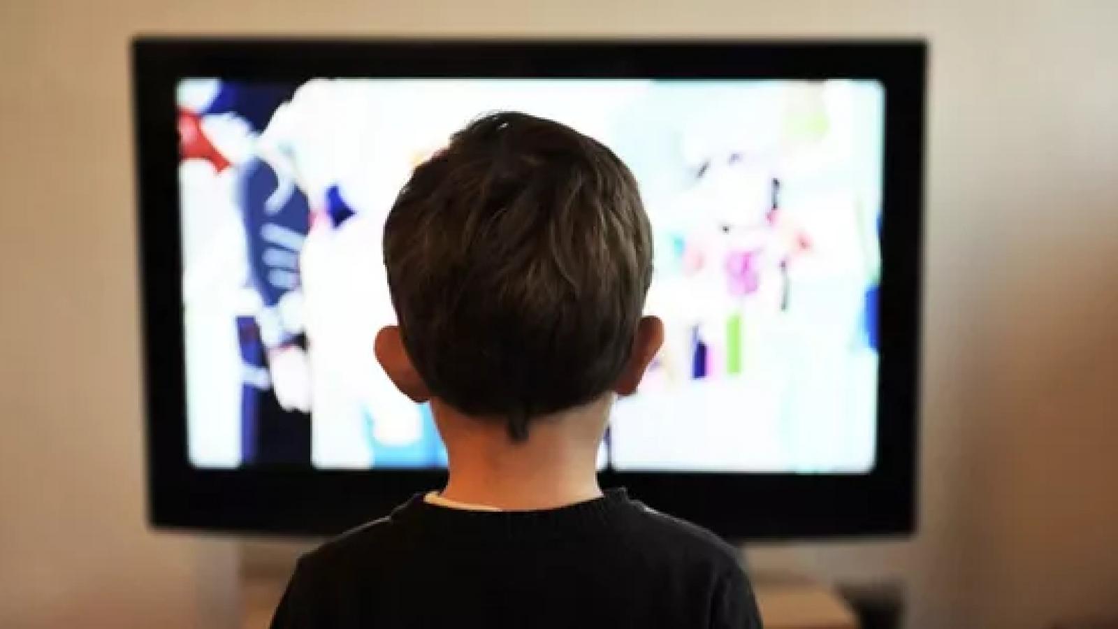 Làm thế nào để giảm tác hại của ti vi, điện thoại đối với trẻ?