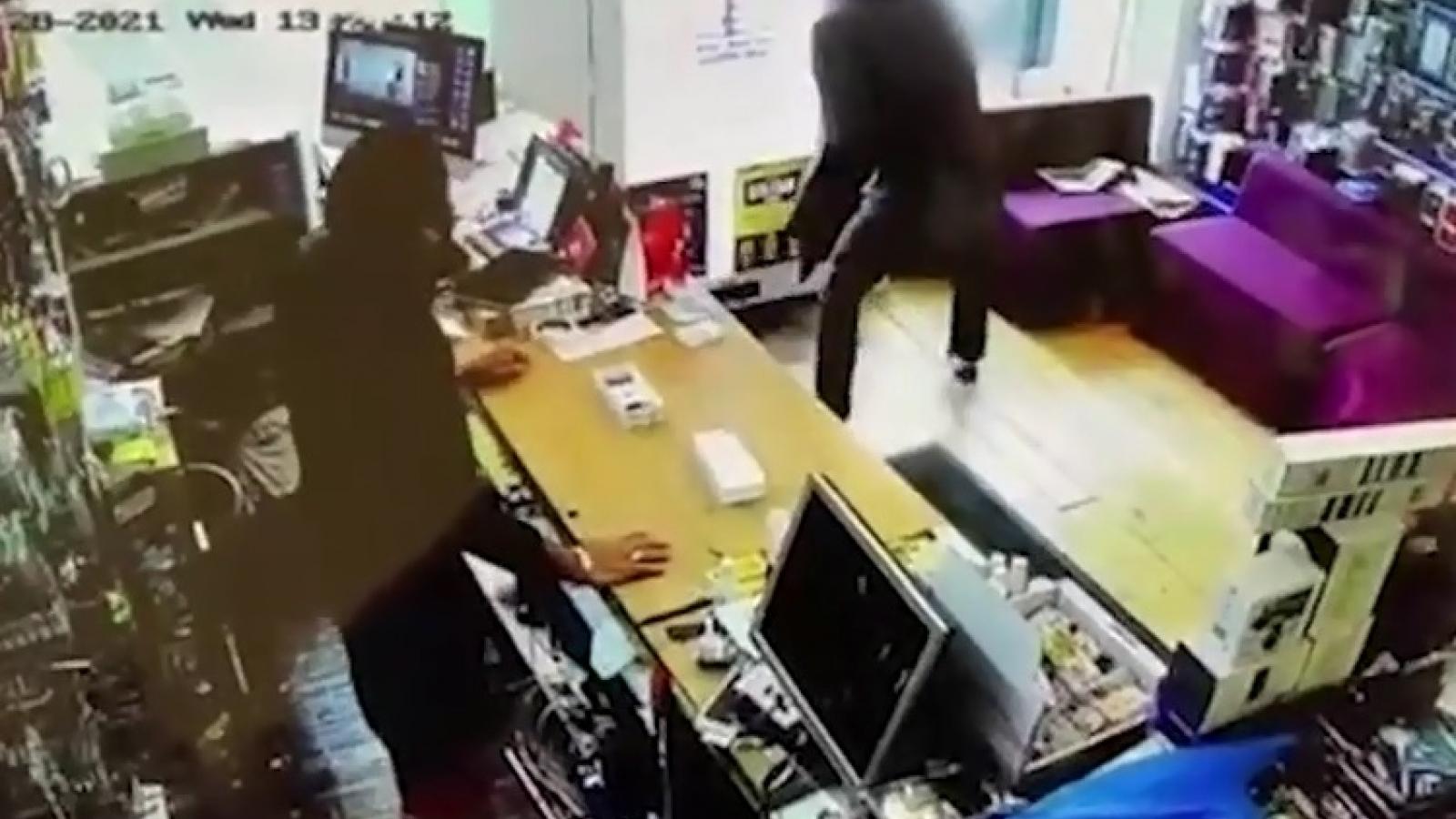 Video: Tên trộm vừa chôm đồ đã phải trả lại vì bị nhốt trong cửa hàng