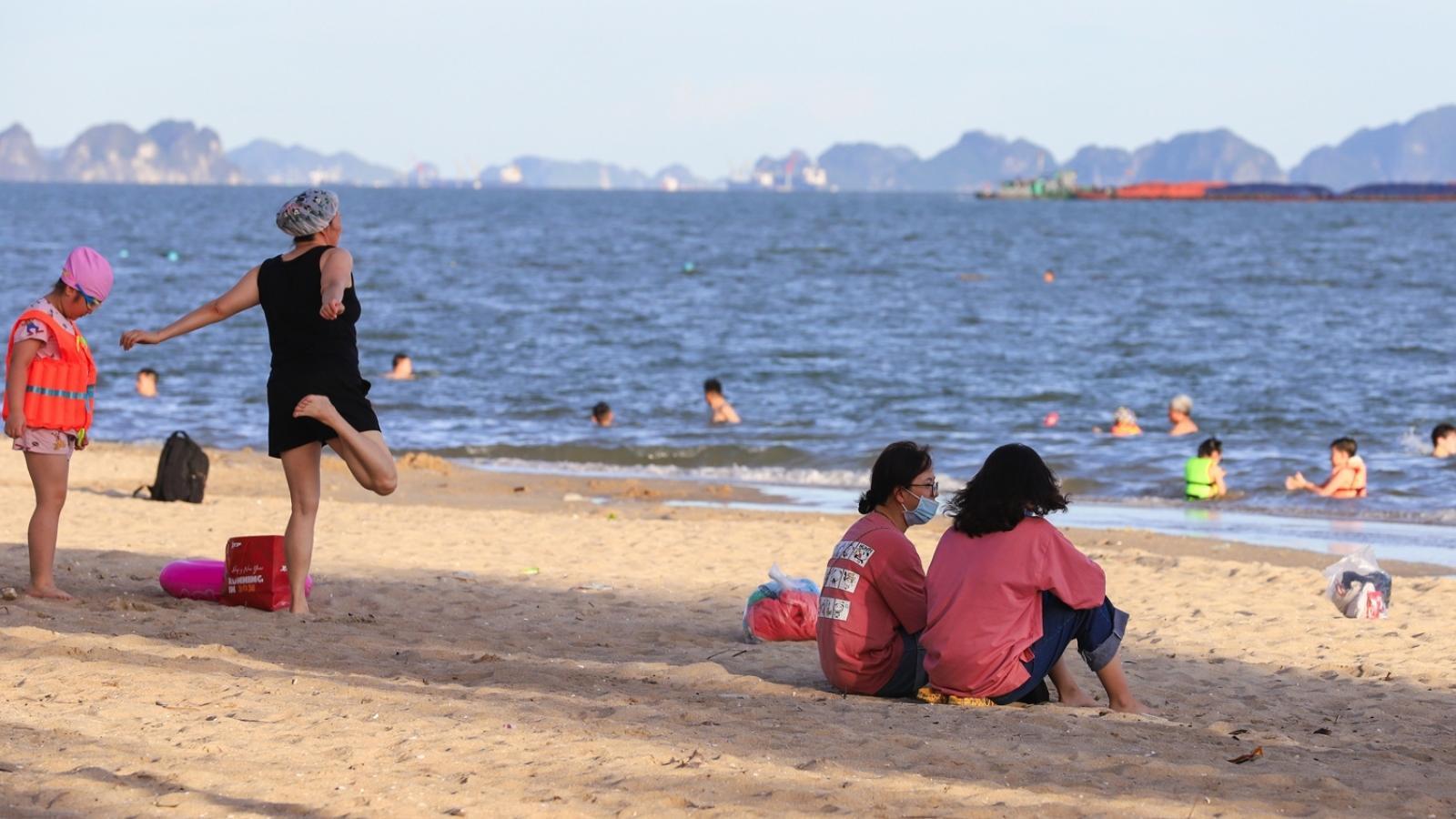 Nắng nóng, người dân Hạ Long lại đổ ra bãi tắm tự phát