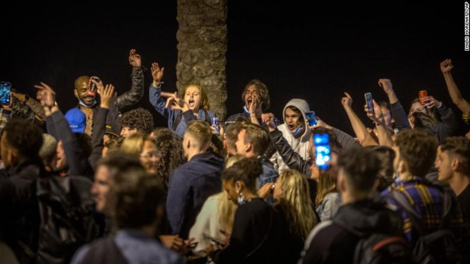 Hàng trăm người không khẩu trang tụ tập mừng kết thúc giới nghiêm ở Tây Ban Nha