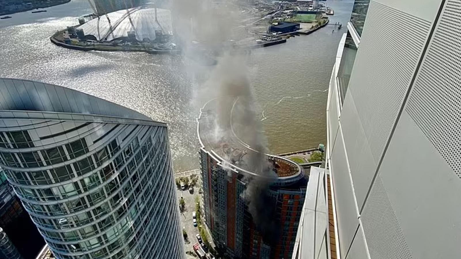 Cháy chung cư Tòa tháp London, 20 xe xứu hỏa đến hiện trường
