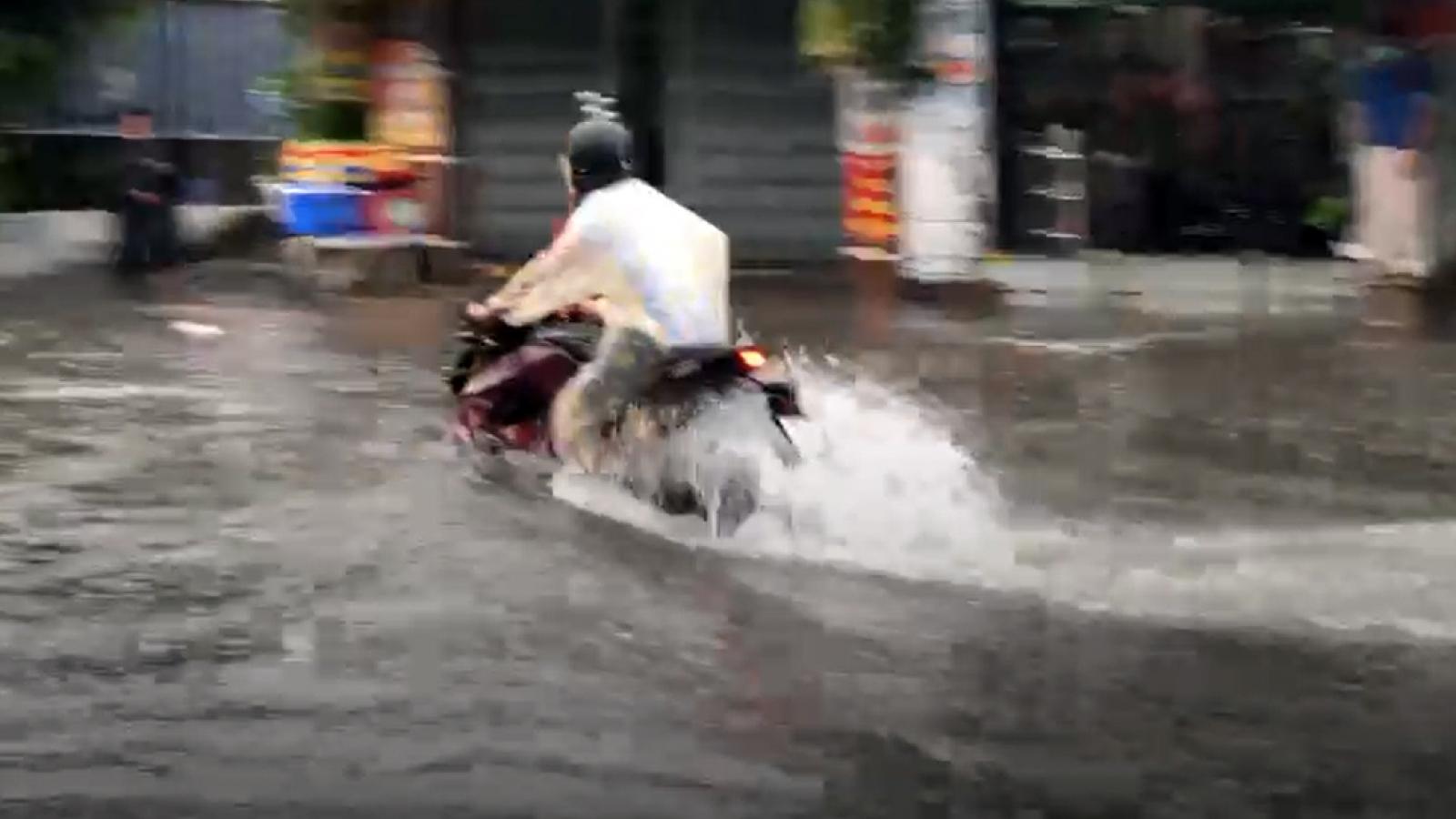 """Ôtô, xe máy """"bơi"""" giữa dòng nước ngập ở TP Thủ Đức"""