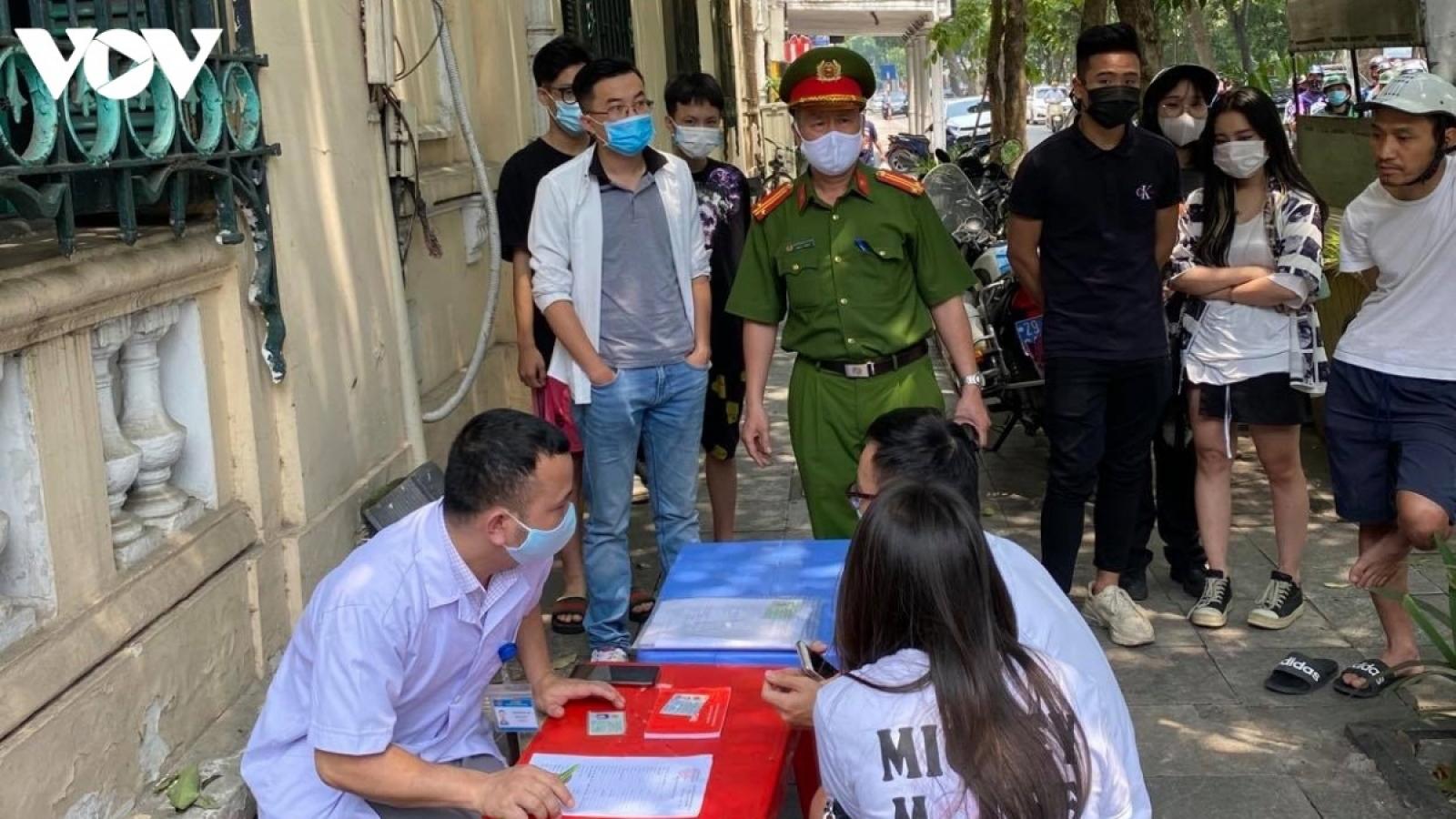 Công an Hà Nội xử phạt 220 người không đeo khẩu trang nơi công cộng