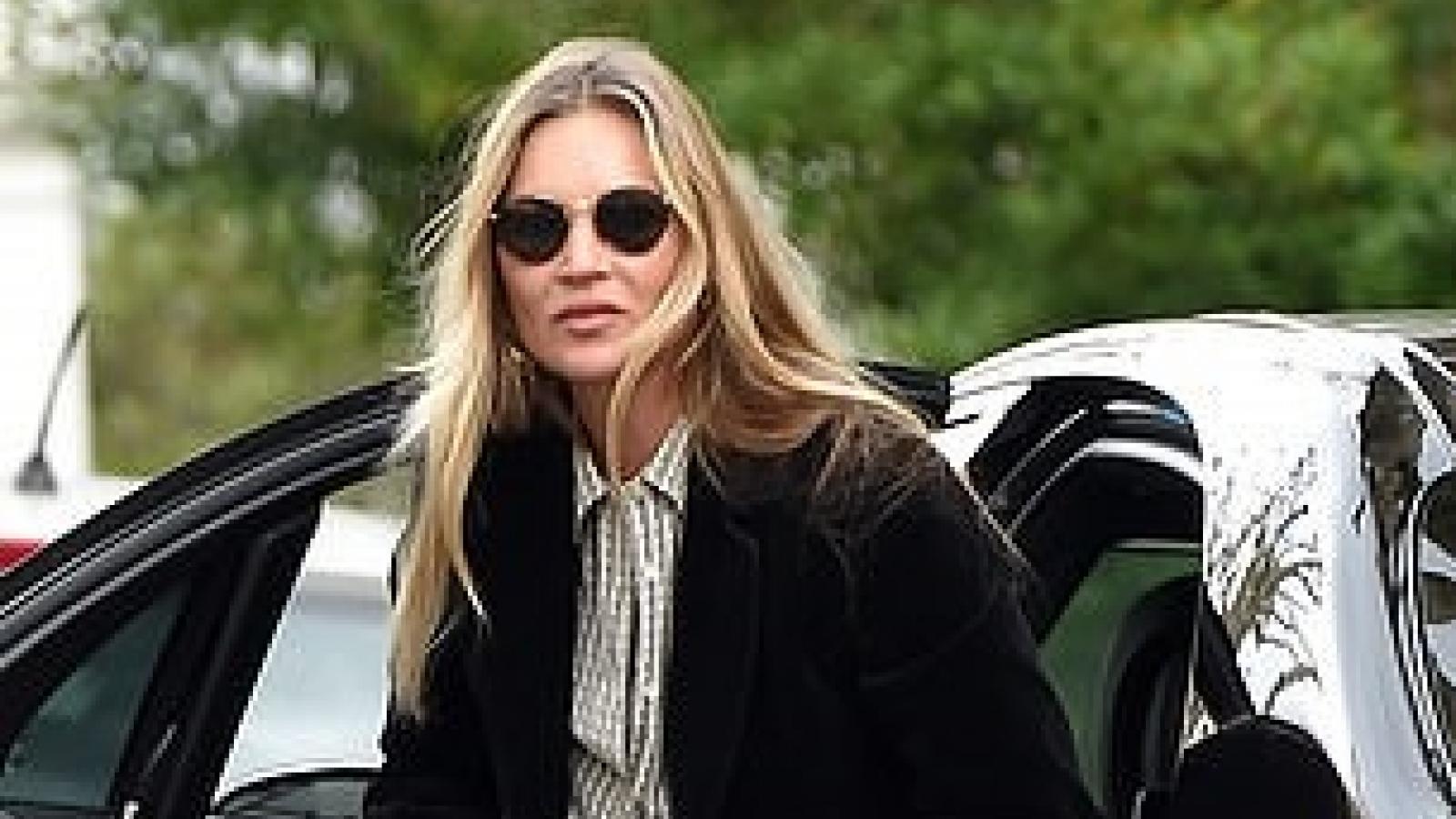 """Cựu mẫu lừng danh Kate Moss """"hút mắt"""" với vẻ ngoài sành điệu ở tuổi 47"""