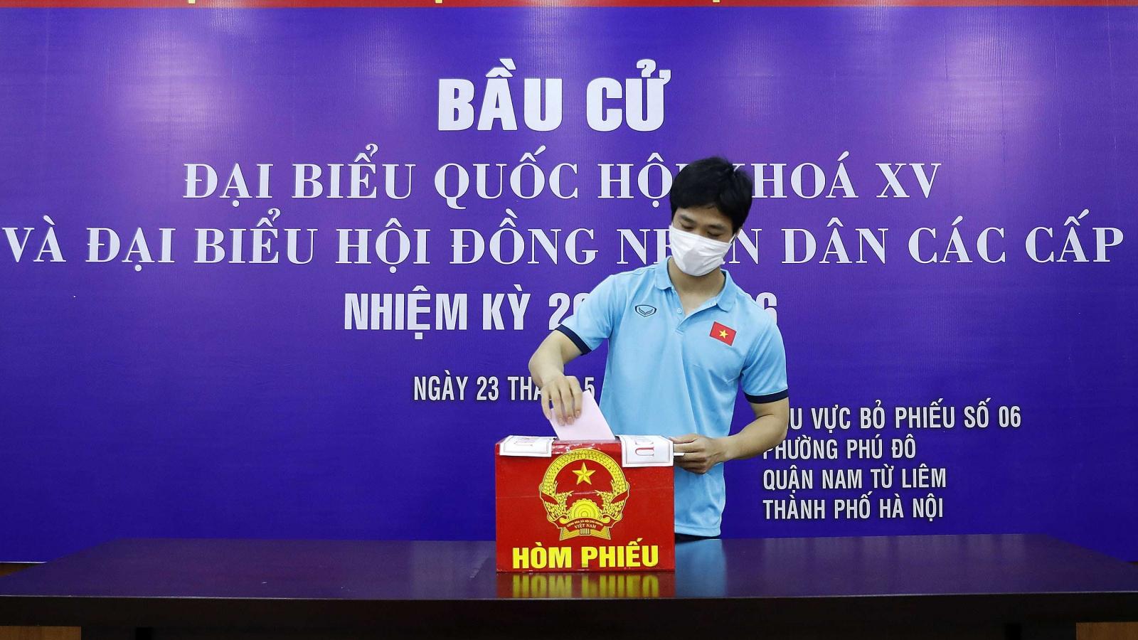 Các cầu thủ ĐT Việt Nam và U22 Việt Nam hào hứng đi bầu cử