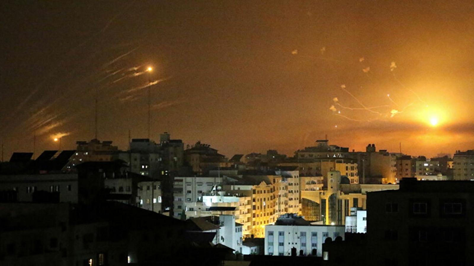 Hệ thống Vòm Sắt của Israel bắn hạ hàng chục tên lửa nã vào Tel Aviv