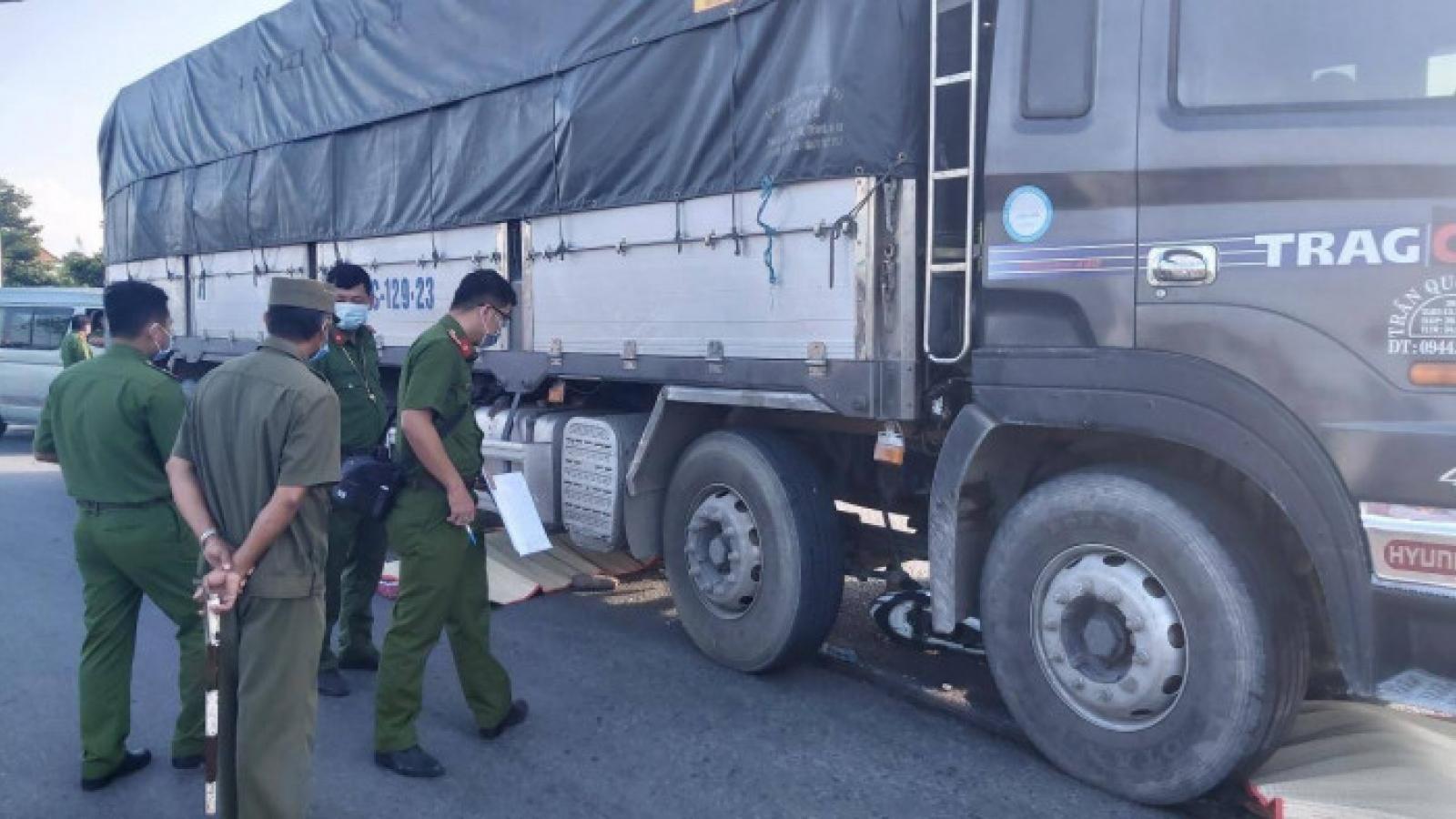 Hai vợ chồng bị xe tải cuốn vào gầm, tử vong tại chỗ