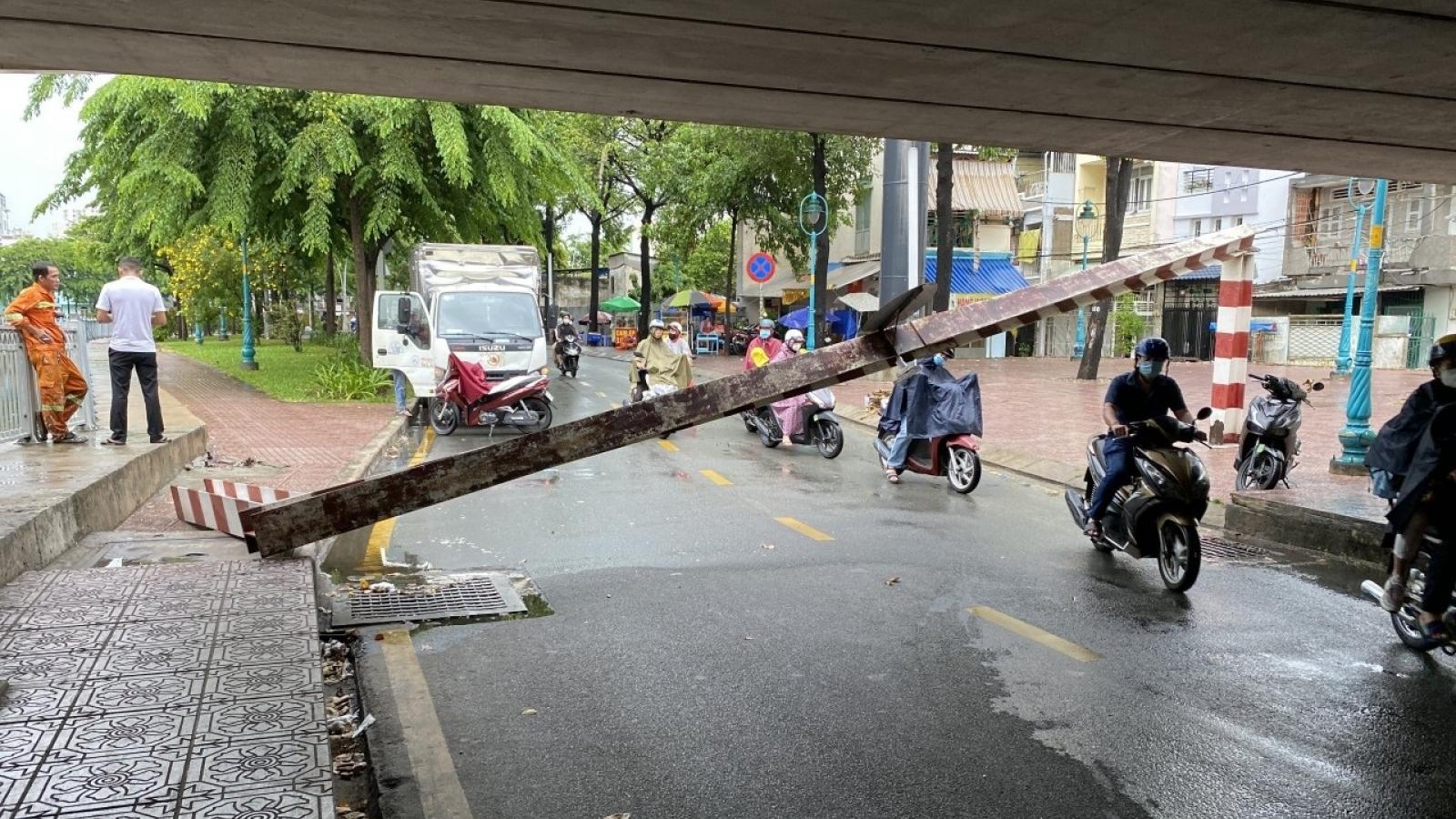 Xe tải đâm sập khung sắt gầm cầu bông, nhiều người may mắn thoát nạn