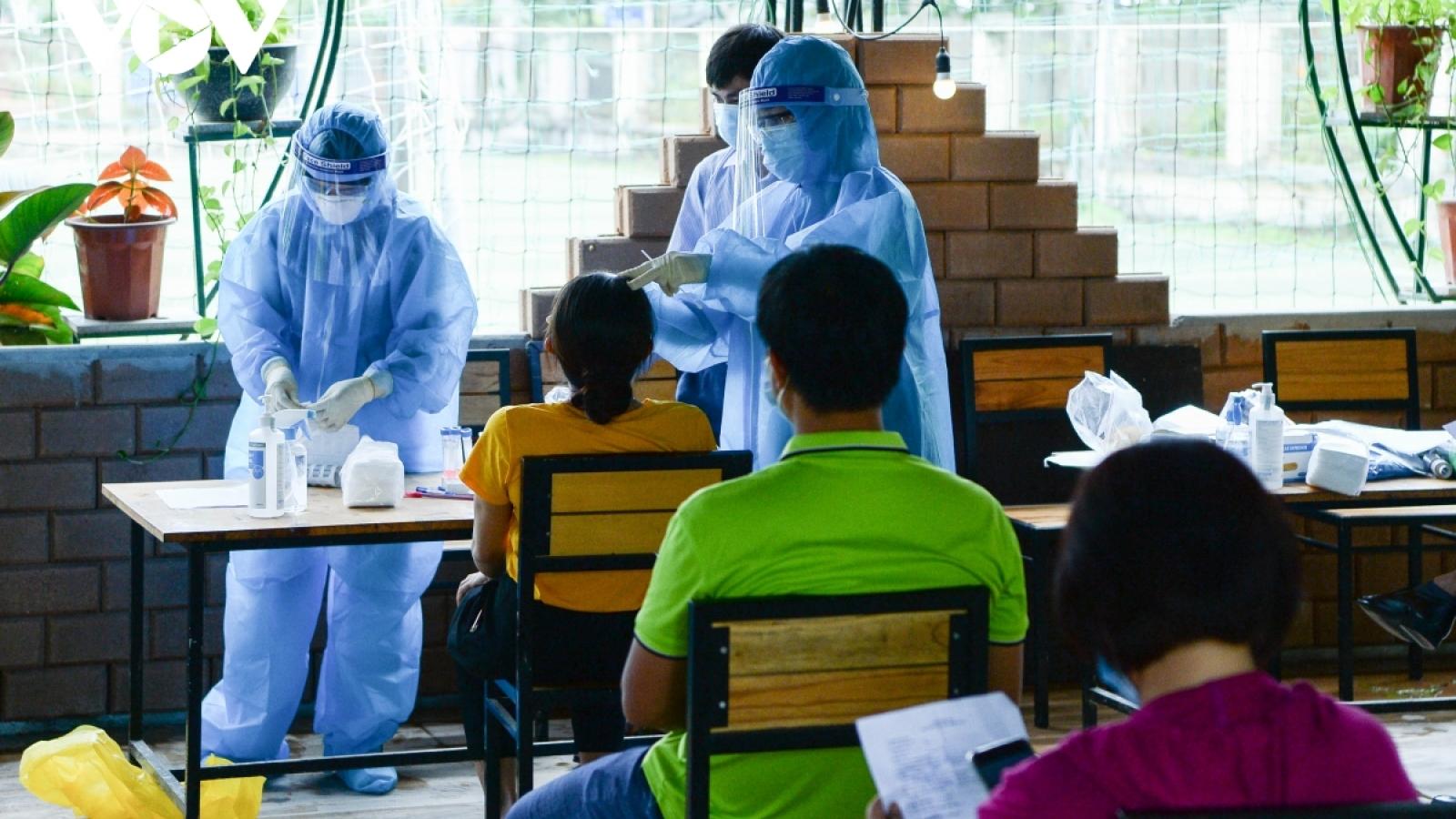 Hai người chăm bệnh nhân tại Hà Nội dương tính với SARS-CoV-2