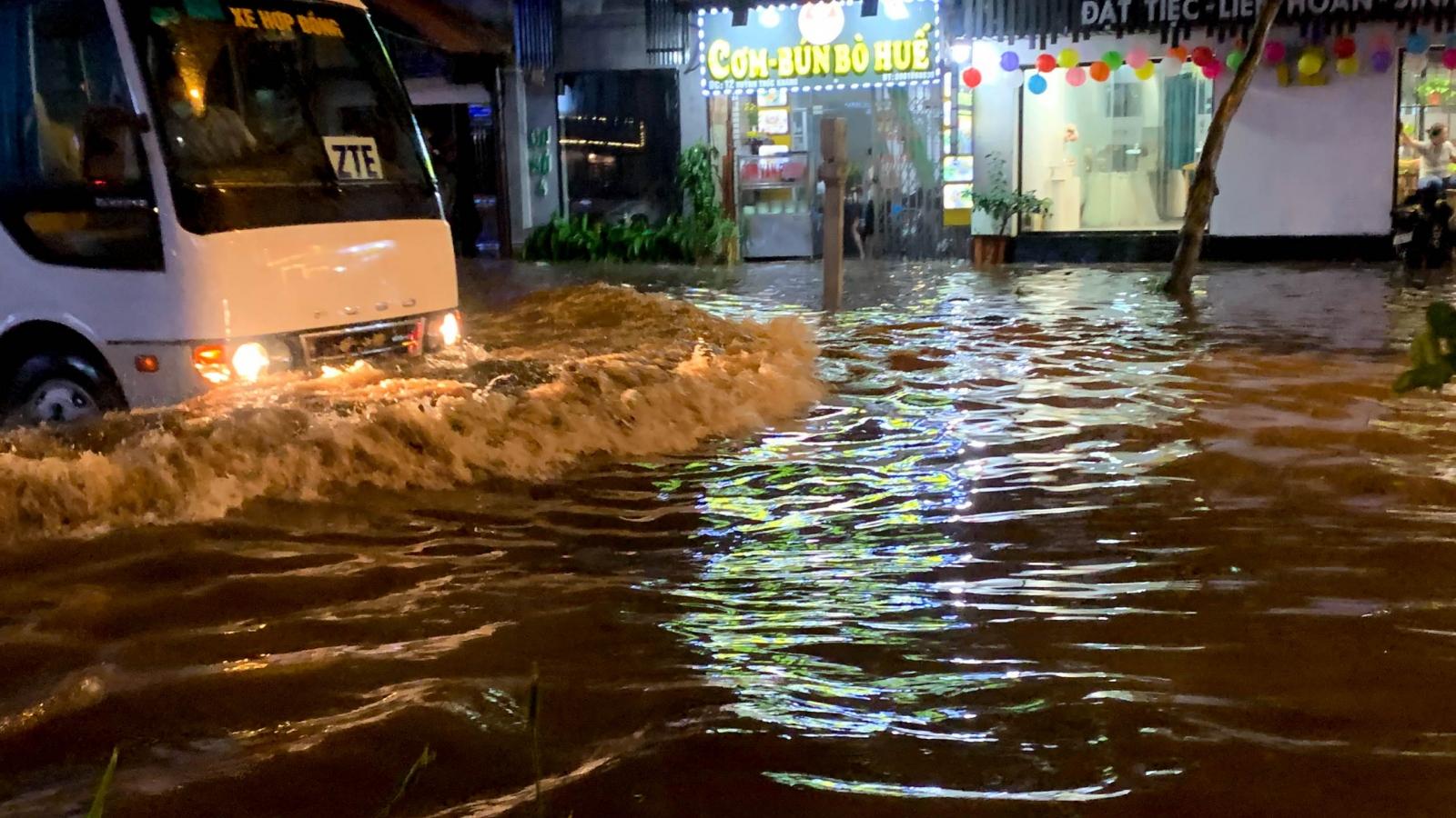 Mưa lớn vào giờ tan tầm khiến đường phố Hà Nội ngập sâu, giao thông ách tắc