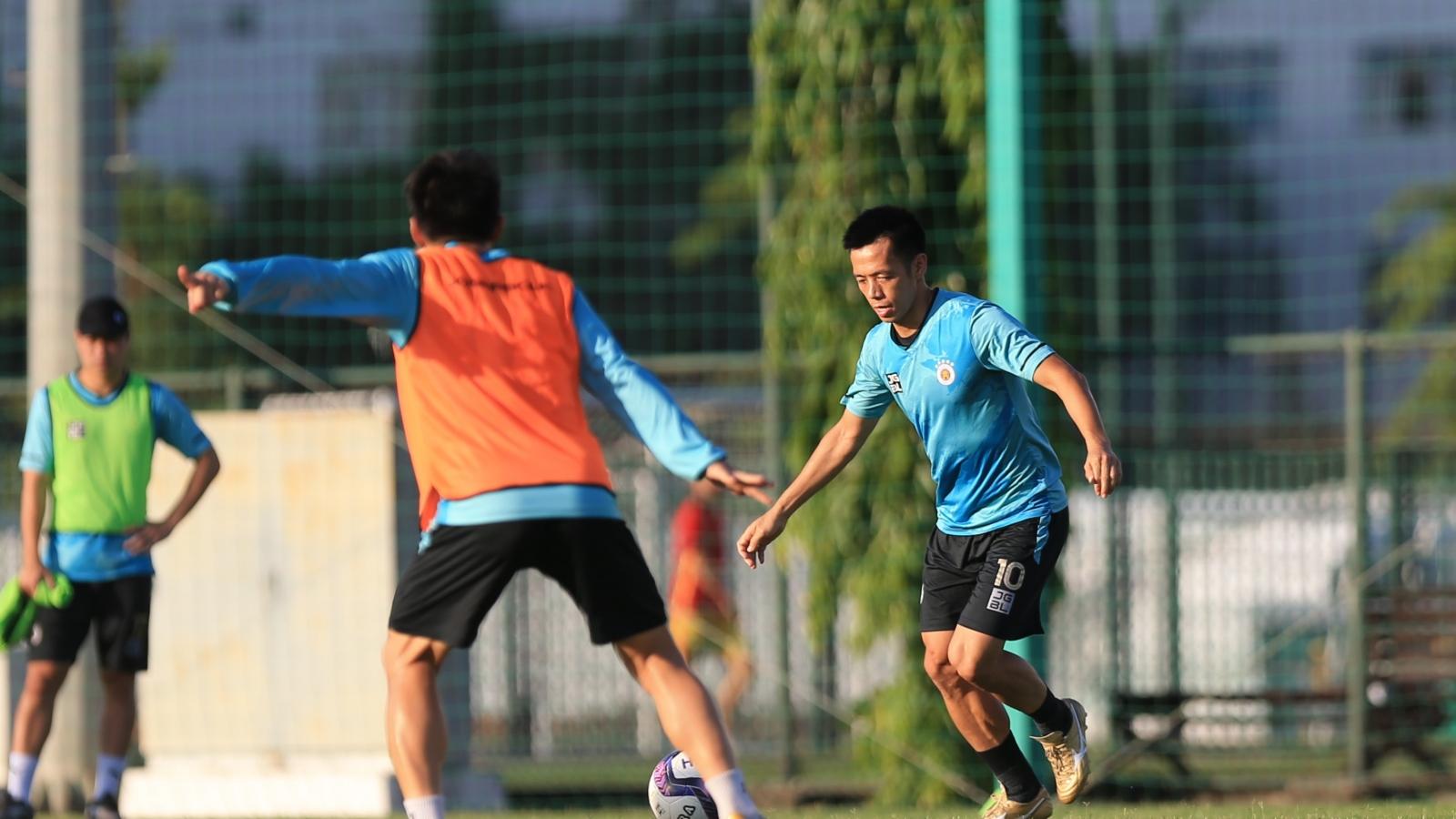 """Hà Nội FC """"rèn quân"""" dưới trời nắng nóng, chờ V-League 2021 trở lại"""