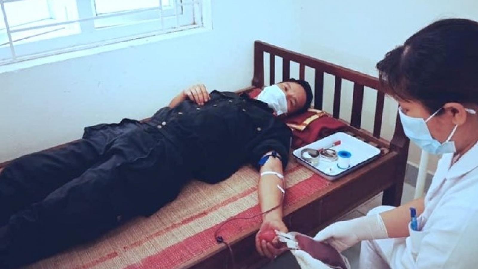 Tặng Bằng khen 2 chiến sĩ công an hiến máu cứu trẻ em trong vùng dịch