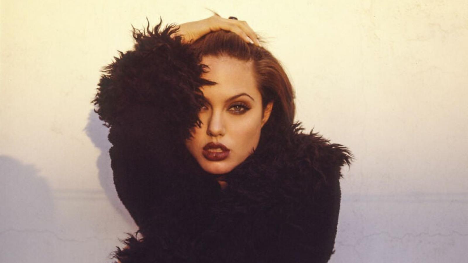 Hé lộ loạt ảnh táo bạo, nổi loạn của Angelina Jolie ở tuổi 19