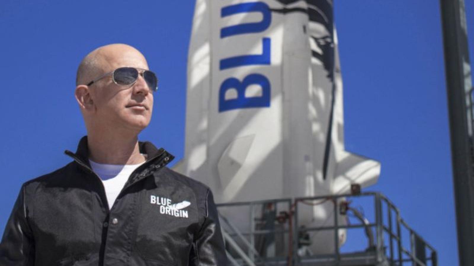 Hơn 60.000 người ký tên kiến nghị ngăn CEO Amazon quay trở lại Trái đất