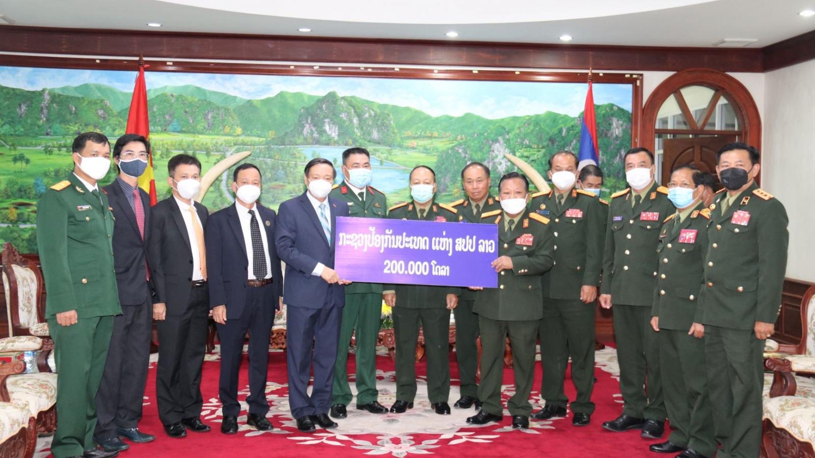 Bộ Quốc phòng Lào tặng 200.000 USD giúp Việt Nam chống dịch