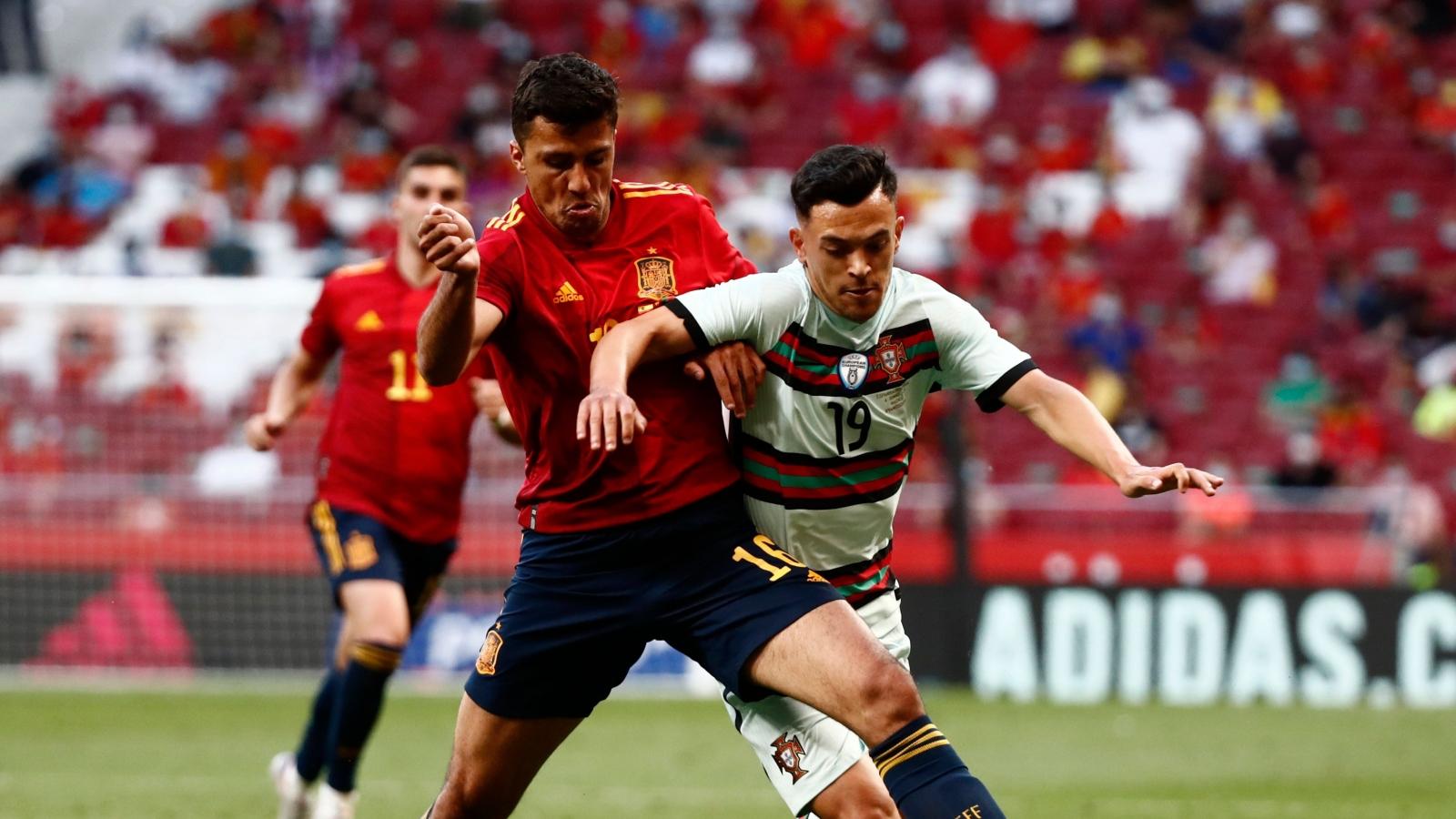Tây Ban Nha và Bồ Đào Nha cưa điểm, Italia thắng 4 sao trước Cộng hòa Séc
