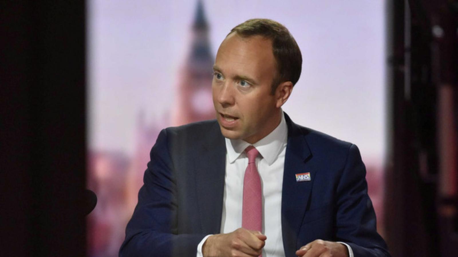 Chính phủ Anh bị chỉ trích sau khi Bộ trưởng Y tế từ chức vì bê bối