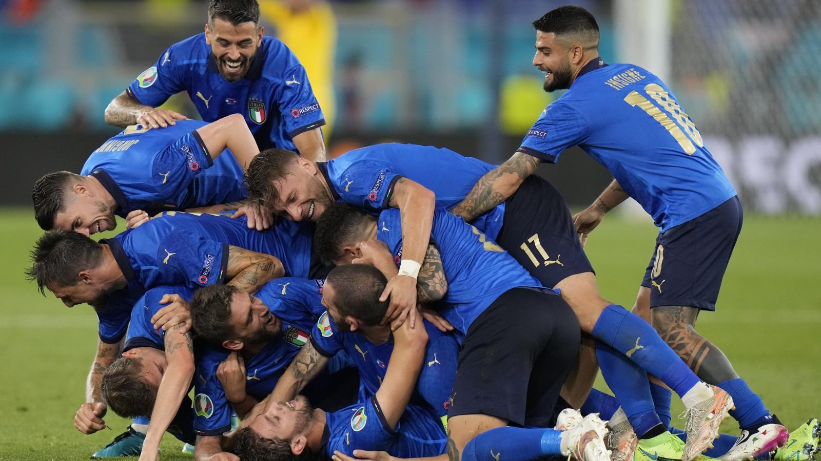 Thắng 3 sao trước Thụy Sĩ, Italia trở thành đội đầu tiên vượt qua vòng bảng tại EURO 2021