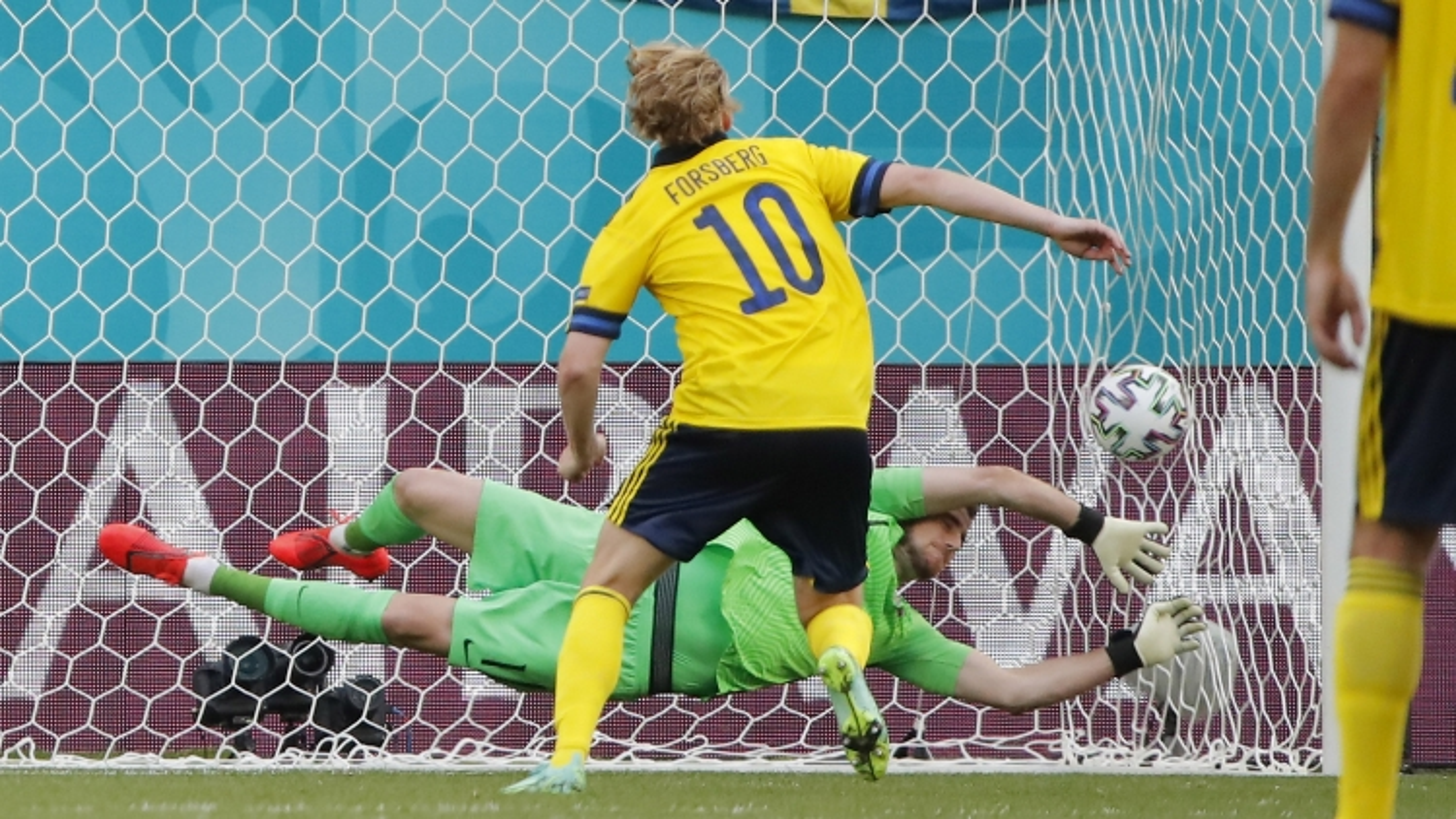 Forsberg lập công trên chấm 11m, Thụy Điển thắng tối thiểu Slovakia