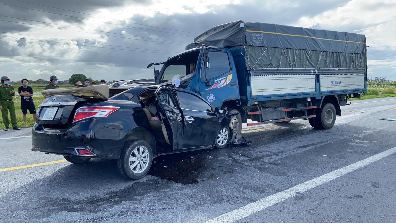 Xe con đấu đầu xe tải, 3 người tử vong tại chỗ