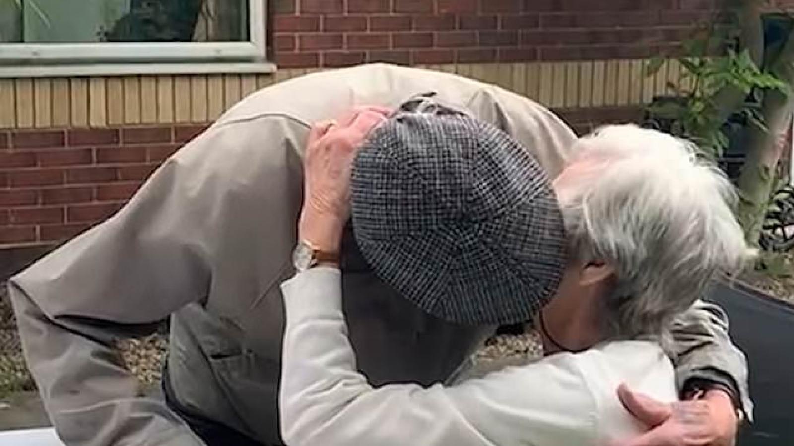 Xúc động cảnh cặp song sinh 94 tuổi ôm chầm lấy nhau sau 1 năm xa cách do Covid-19