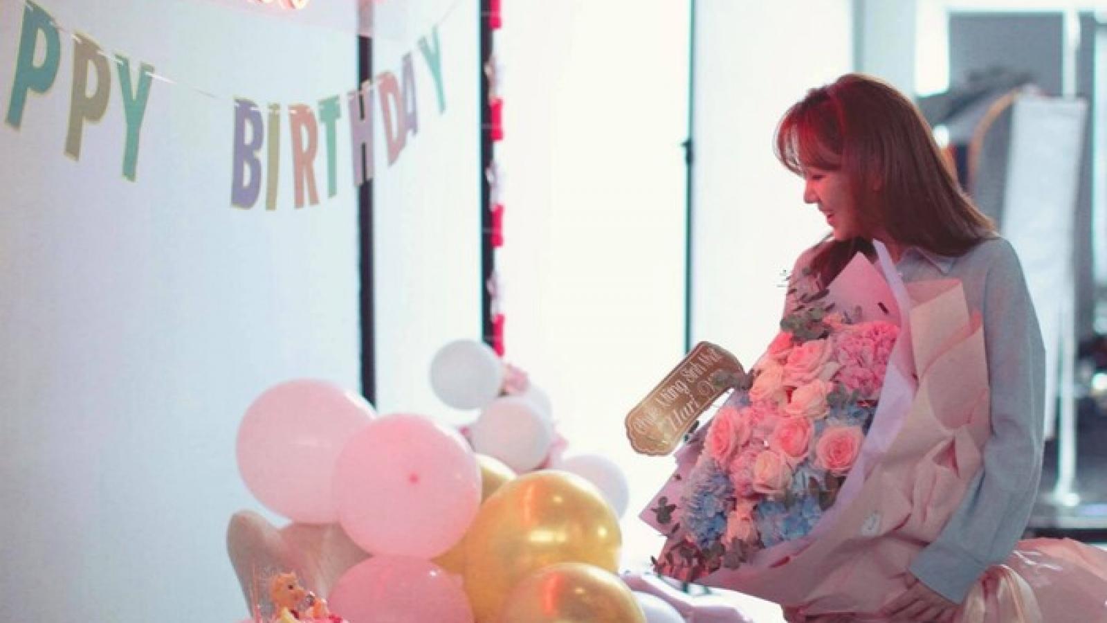 Chuyện showbiz: Trấn Thành tự tay trang trí mừng sinh nhật Hari Won tại nhà giữa mùa dịch