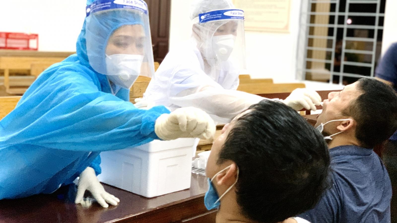 Xuyên đêm lấy mẫu xét nghiệm SARS-CoV-2 cho người dân TP. Hà Tĩnh
