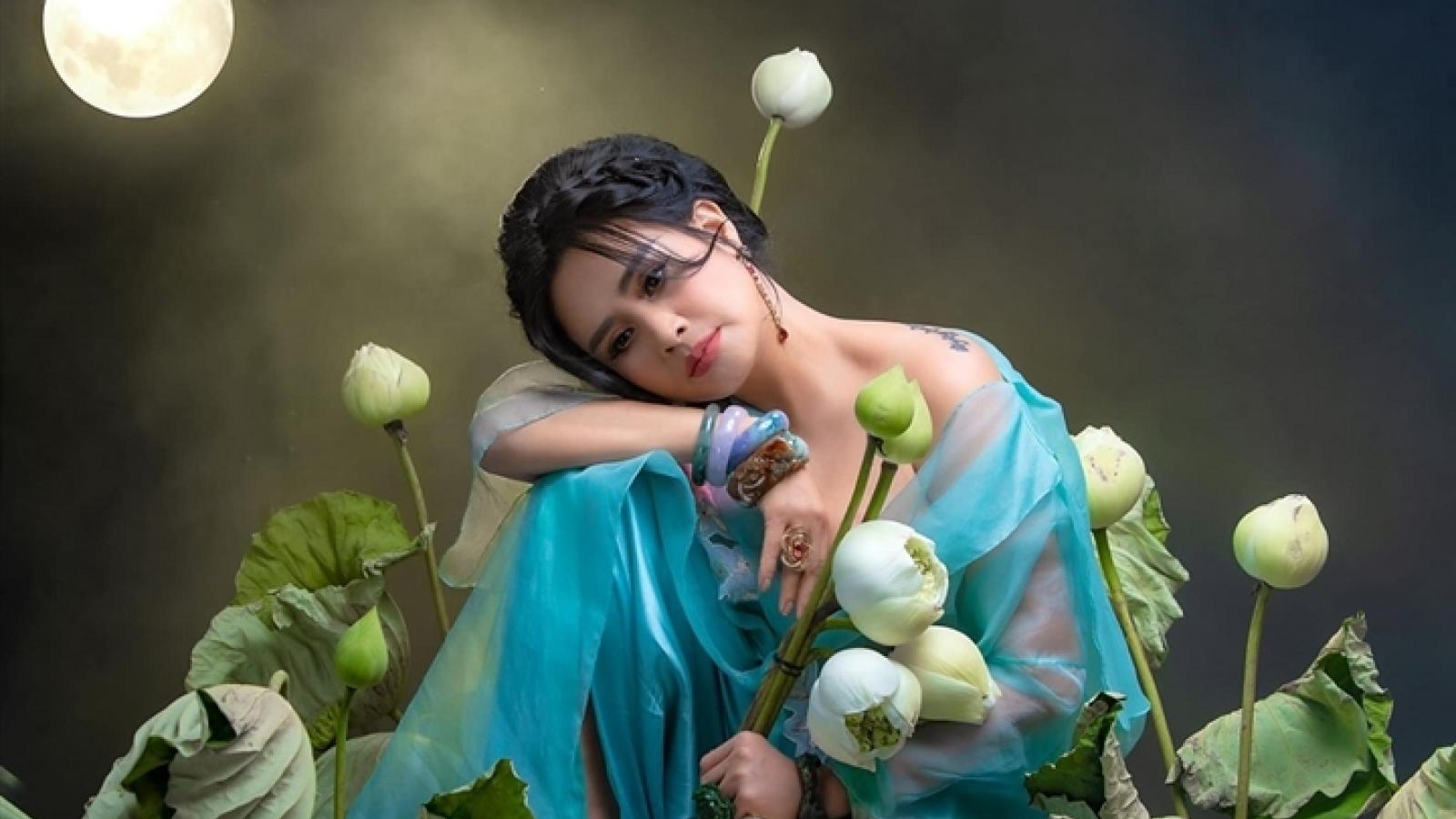Ngắm người đàn bà đẹp Thanh Lam bên hoa sen