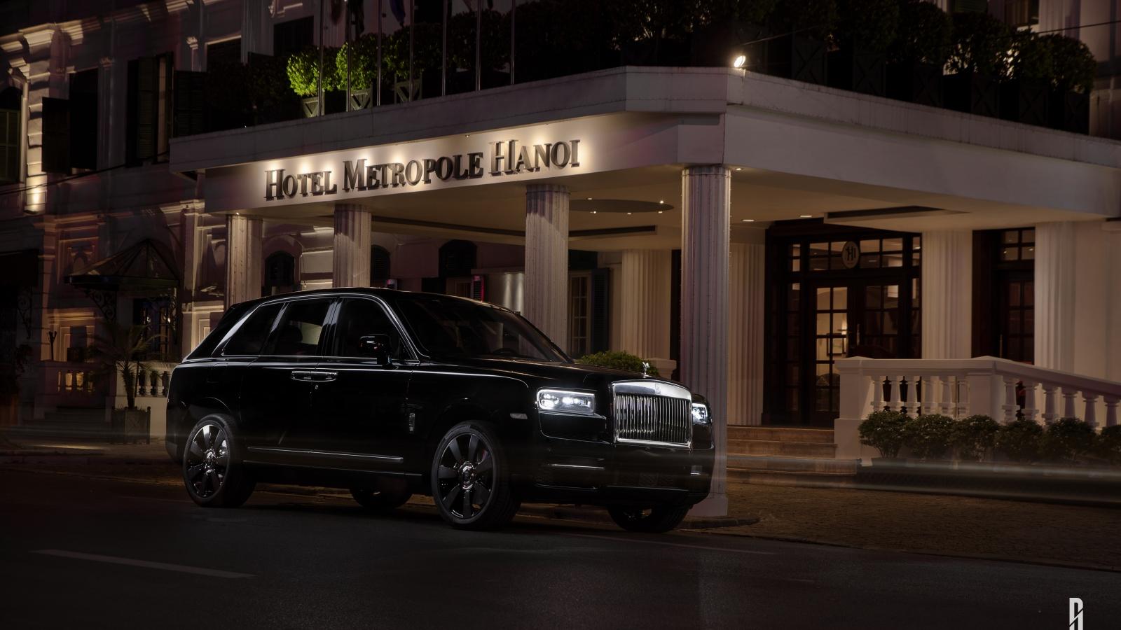 Cận cảnh 'viên kim cương' Rolls-Royce Cullinan trên phố đêm Hà Nội