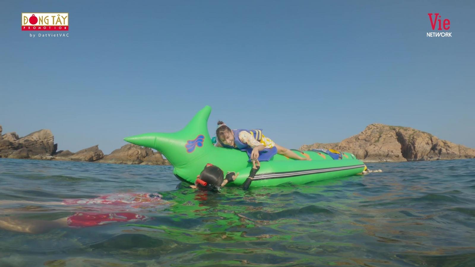 Khả Như, BB Trần thích thú với trải nghiệm lặn biển bắt nhum