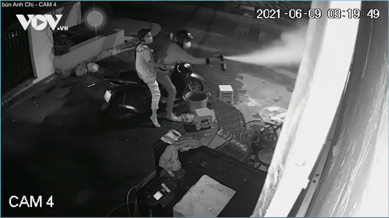Nóng 24h: Ngồi trước nhà lúc rạng sáng, một phụ nữ bất ngờ bị tấn công bằng hơi cay