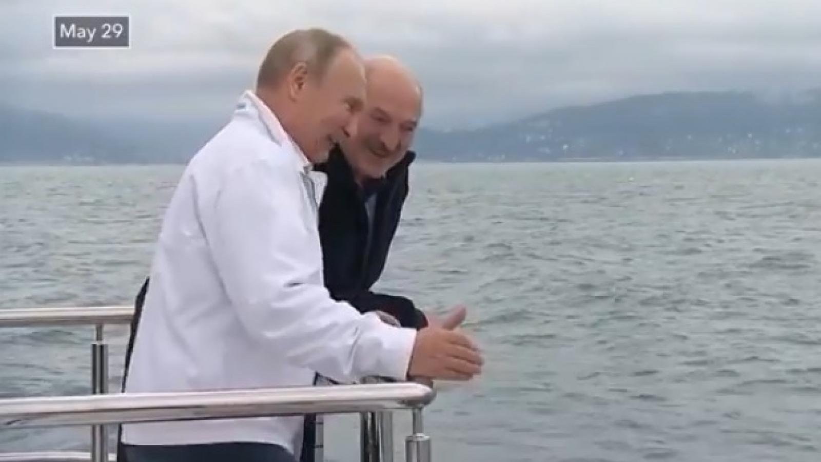 Tổng thống Nga Putin tiếp thân mật Tổng thống Belarus Lukashenko trên du thuyền