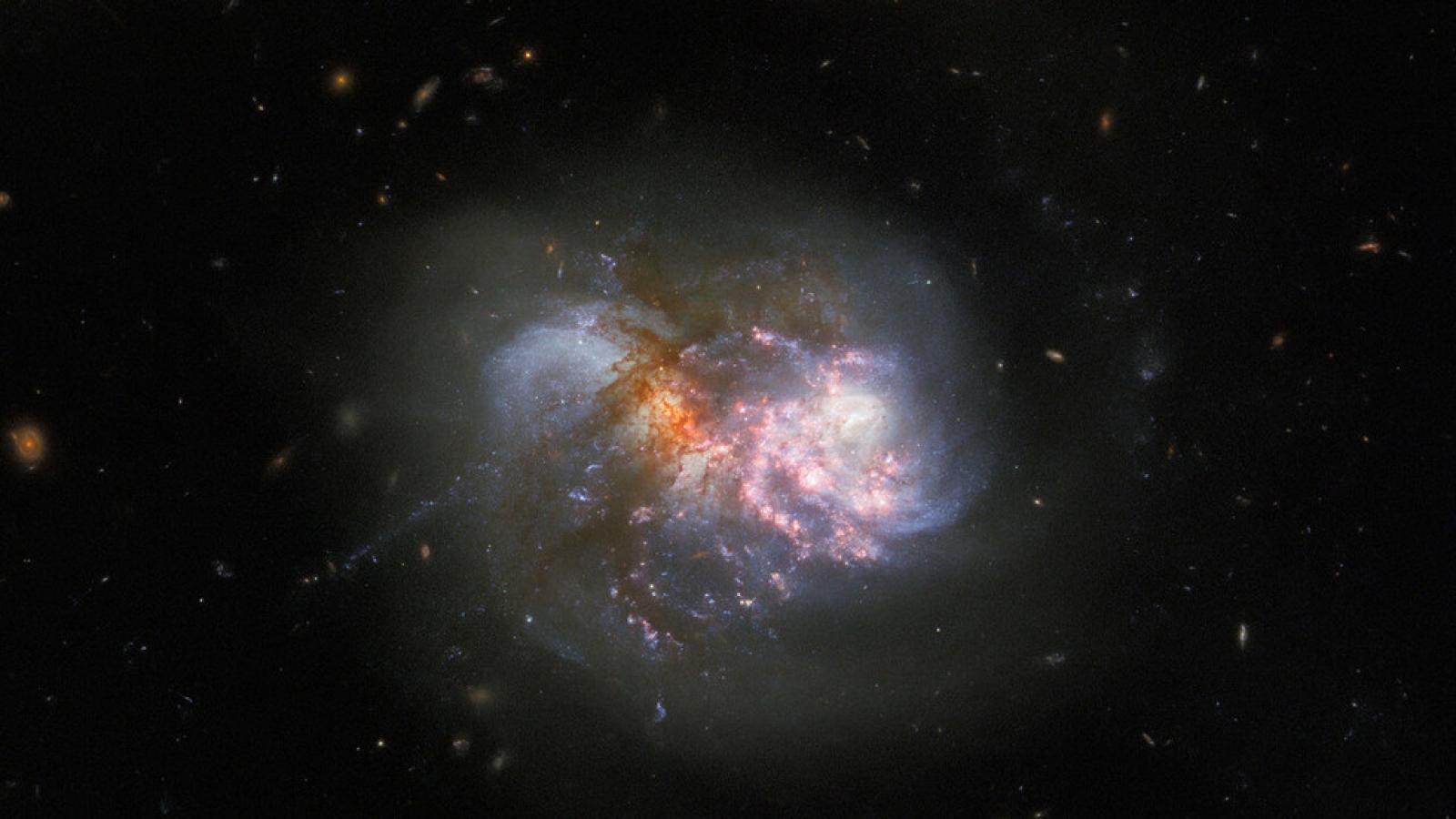 Hình ảnh ngoạn mục khi 2 thiên hà sáp nhập với nhau từ Kính Hubble