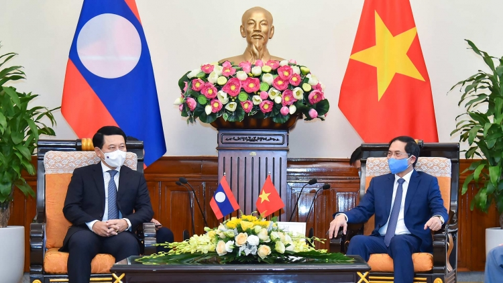 Bộ trưởng Bộ Ngoại giao Bùi Thanh Sơn tiếp Bộ trưởng Bộ Ngoại giao Lào Saleumxay Kommasith