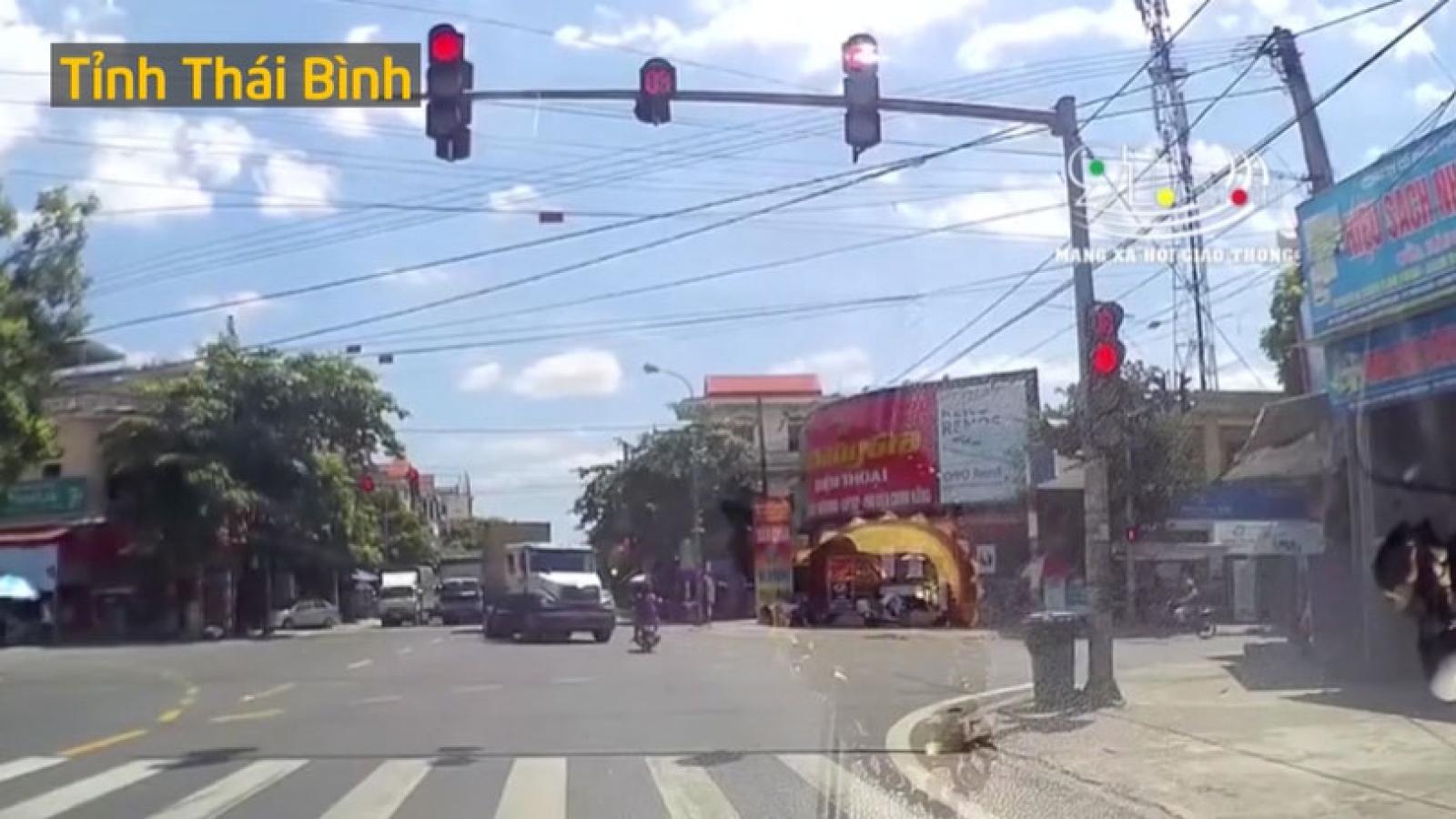 Video: Vượt đèn đỏ, xe máy bị container tông văng xa hơn chục mét