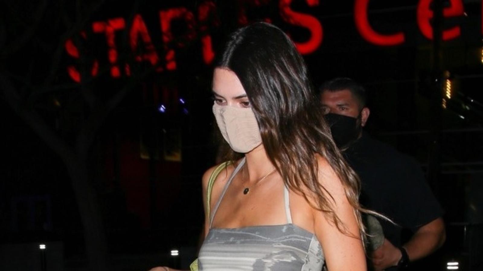 """Kendall Jenner phô dáng """"bốc lửa"""" ra phố lúc tối muộn"""