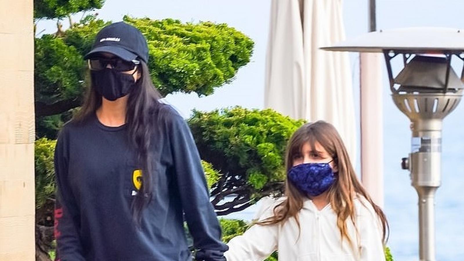 Kourtney Kardashian dẫn con gái cưng đi ăn trưa tại nhà hàng bên bờ biển