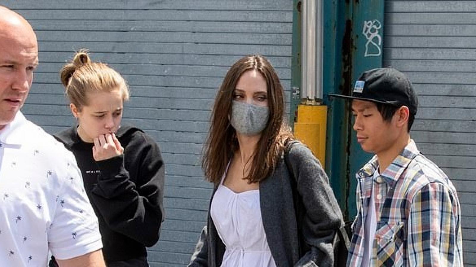 Angelina Jolie hào hứng đưa các con đến phòng tranh của nghệ sĩ Daniel Arsham