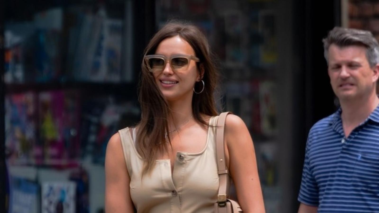 """""""Mẹ đơn thân"""" Irina Shayk gợi cảm đi chơi cùng bạn bè sau tin đồn hẹn hò Kanye West"""