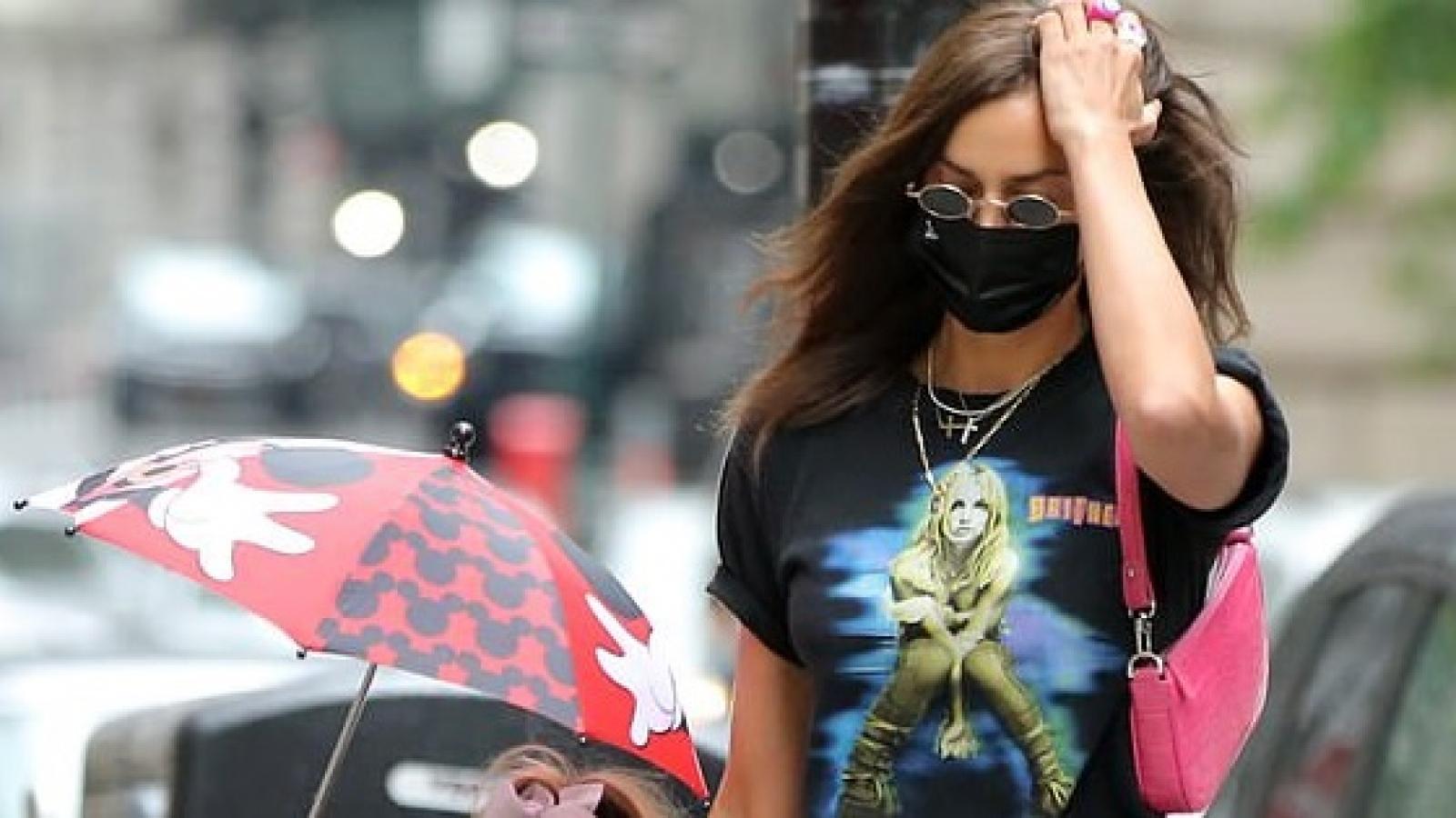 Irina Shayk diện áo in hình Britney Spears đi chơi cùng con gái cưng