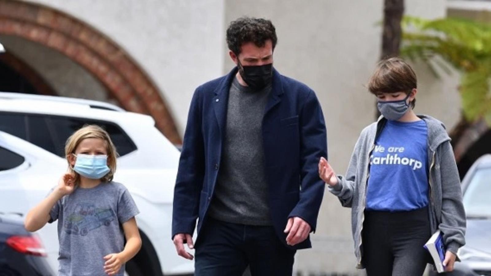 Ben Affleck vui vẻ đến nhà vợ cũ đón các con đi chơi