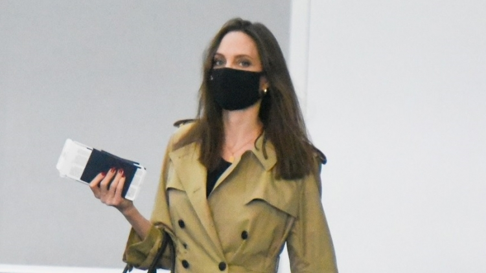 Angelina Jolie tái xuất gầy gò ở sân bay JFK