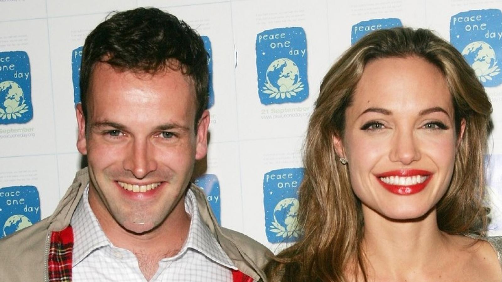 Angelina Jolie mang theo rượu đến thăm nhà chồng cũ Jonny Lee Miller