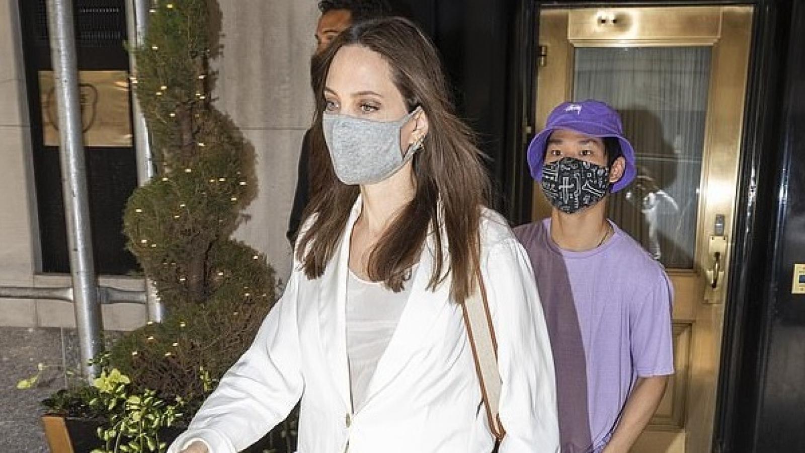 Angelina Jolie thanh lịch đi mua sắm cùng các con sau khi đến thăm nhà chồng cũ