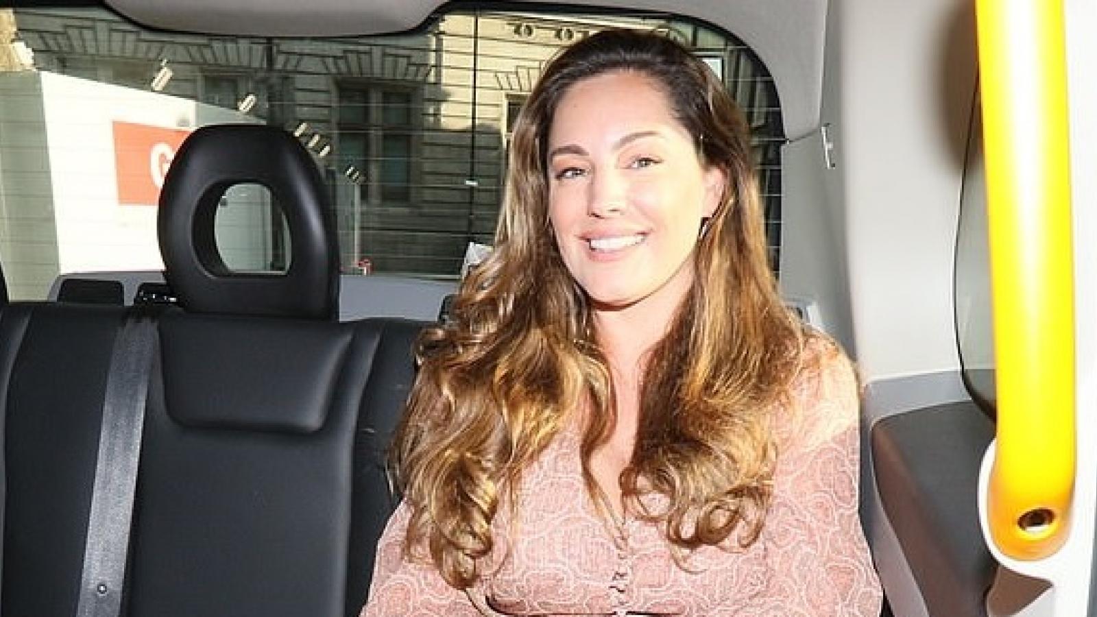 Kelly Brook diện đầm họa tiết điệu đà trở về nhà sau buổi làm việc ở London