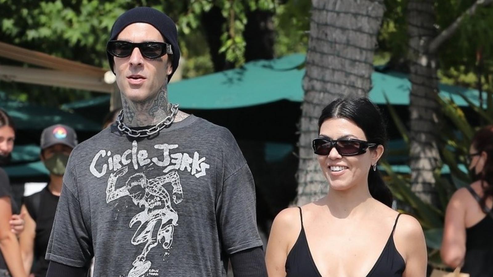 Kourtney Kardashian và tình trẻ tay trong tay đi mua sắm ở California