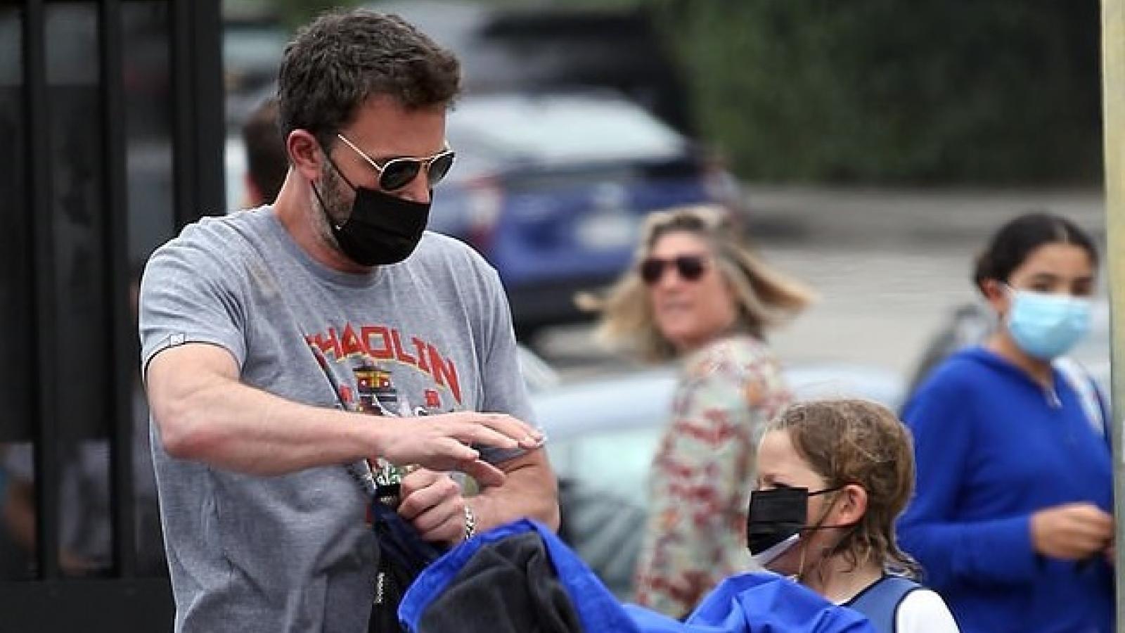 Ben Affleck diện đồ khỏe khoắn đến trường đón con gái cưng