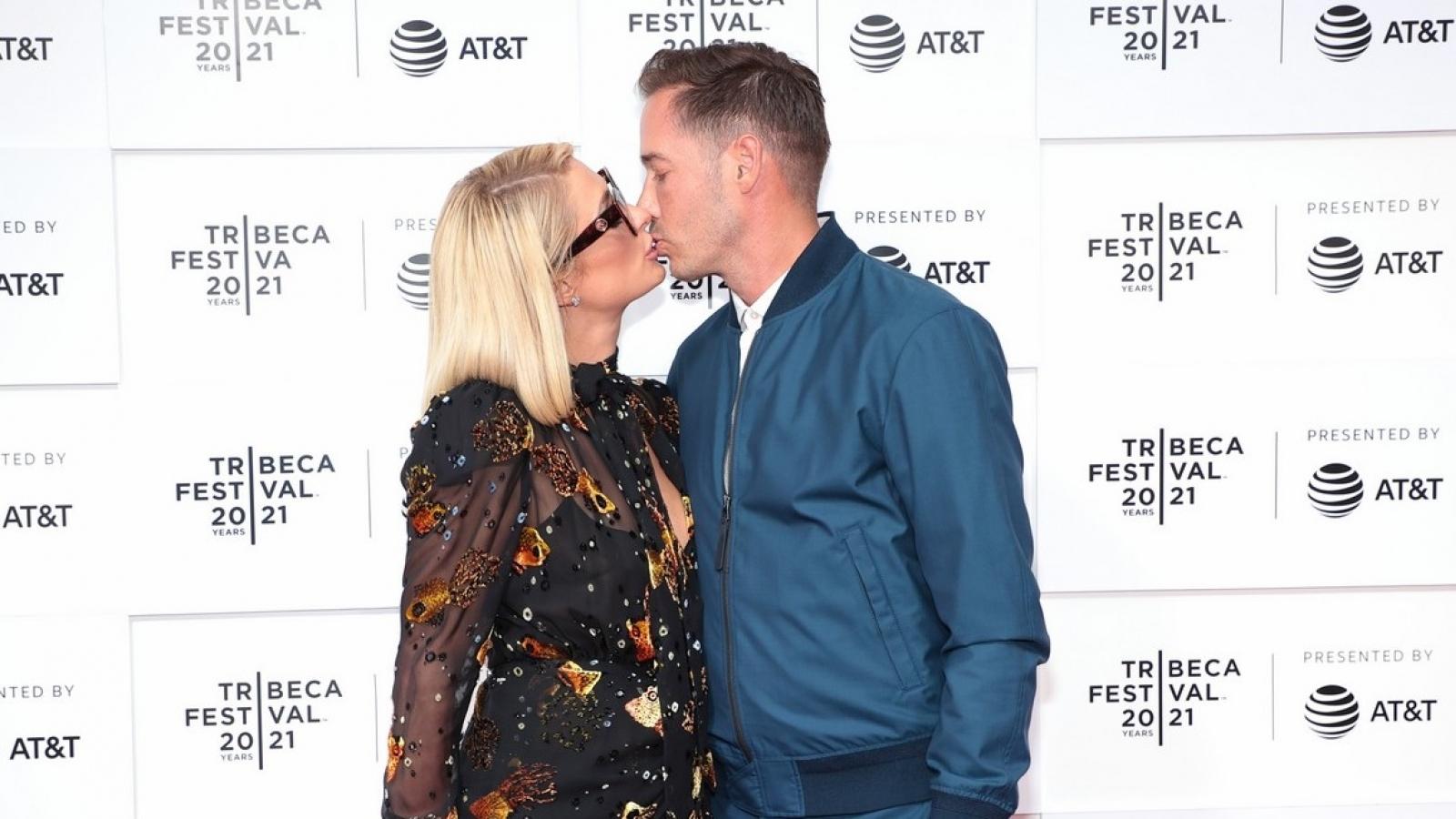 """Kiều nữ Paris Hilton lãng mạn """"khóa môi"""" bạn trai tại buổi công chiếu phim"""